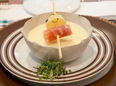 Aprenda a fazer o Fondue de queijo com espetinhos de parma e batatas com ervas