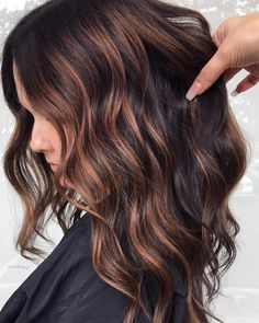 60 Looks with Caramel Highlights on Brown and Dark Brown Hair - Dark Brown And Caramel Hair Color - Brown Hair With Blonde Highlights, Brown Ombre Hair, Brown Hair Colors, Hair Highlights, Chunky Highlights, Color Highlights, Hair Color Ideas For Dark Hair, Dark Hair With Lowlights, Purple Hair