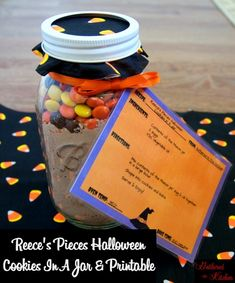 Reece's Pieces Halloween Cookies In A Jar & Printable #falltreats #halloween #m&ms #cookiesinajar