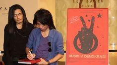 Seniman sekaligus salah seorang kreator Salam 2 Jari mengaku kecewa berat dengan susunan Kabinet Kerja besutan Joko Widodo dan Jusuf Kalla. Apa yang membuatnya kecewa? Temukan jawabannya disini http://on-msn.com/1wSIwpS