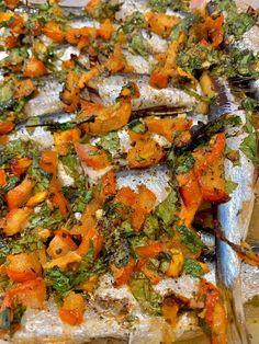 Συνδύασε το #ψάρι με τα καλοκαιρινά #λαχανικά και κλείσε τη Μεσόγειο σε μια μπουκιά! #συνταγές #recipes #fish #sardines #mediteraneandiet Vegetable Pizza, Vegetables, Food, Veggies, Essen, Vegetable Recipes, Yemek, Meals
