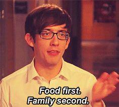 Qndo vou visitar minha familia! Comida primeiro, família em segundo.