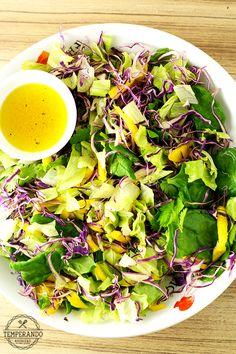 SALADA TROPICAL COM VINAGRETE DE LARANJA - alface, repolho roxo, manga, espinafre, coentro e um delicioso vinagrete de laranja para uma salada super deliciosa e nutritiva | temperando.com #salada #receita #dieta
