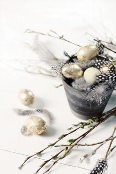 Trending Pasen 2017 ❤️ Zwart wit neutrale gouden beschilderde paaseieren, veertjes & paastakken. Fijne Paas!