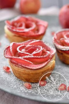 Octobre apple rose - uses blackberries to die apple slices pink! Diner Saint Valentin, Valentines Day Food, French Desserts, Romantic Dinners, Romantic Table, Food Menu, Food Inspiration, Love Food, Sweet Recipes