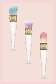 So süß kann Make-up sein: Wir sind ganz verliebt in die Beauty-Kollektion der Konditorkette Ladurée, die  für ihre köstlichen Macarons bekannt ist.