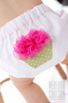 polkanuts: sewing SO cute. Just use any bloomer pattern and attach your applicque before sewing together! Baby Sewing Projects, Sewing For Kids, Easy Baby Blanket, Baby Blankets, Baby Bloomers, Diaper Covers, Baby Kind, Baby Patterns, Blanket Patterns