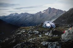 The Cave is the name of the first inflatable tent from HEIMPLANET. All it takes is a pump, and after just one initial setup, you can pitch your tent in less than a mi. Camping With Kids, Family Camping, Tent Camping, Outdoor Camping, Outdoor Gear, Ducati Monster, Cave, Tent Design, Cool Tents