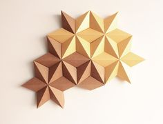 Moduuli ist ein 3D Wanddekoration besteht aus einzelnen Modulen, die in Form von hochwertigen Karton gefaltet.  Dieses Modell ist ein spezielles, Weihnachtsedition von Moduuli, die hängen an Ihrer Wand, Tür oder Fenster. Diese Origami Kunst Dekor wird von Hand gemacht mit viel Sorgfalt und Liebe zum Detail.  Das Paket beinhaltet 2 Selbstklebende Haken, die entweder genagelt oder an die Wand geklebt werden können.  Dekoration wird in einem Stück fertig zum Aufhängen geliefert.  Materialien…