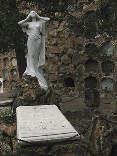 Tumba de Jaume Brutau, escultura de Enric Clarasó. Cementerio de Montjuic 1920