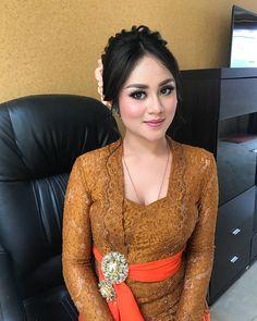 Traditional Thai Clothing, Myanmar Traditional Dress, Traditional Dresses, Kebaya Bali, Kebaya Dress, Kebaya Brokat, Beautiful Muslim Women, Beautiful Asian Girls, Fashion Tights