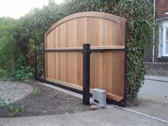 Our Automated gates can be provided as single or a double swing, requiring either one or two electric ram openers.