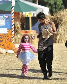 Halle Berry e Nahia Aubry ad #Halloween #scarypaper http://paperproject.it/fashion/kids/halloween-dieci-travestimenti-cool-baby-star/