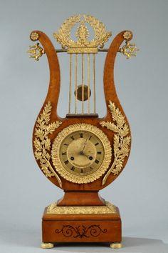 Péndulo de lira madera dorado y bronce del período de Carlos X
