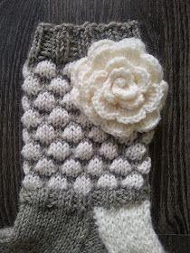 Lumoava Tekstiilityö: kuplasukat ja ruusuja äidille Wool Socks, Knitting Socks, Knit Crochet, Crochet Hats, Mittens, Knitting Patterns, Winter Hats, Beanie, Handmade