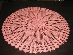 Confeccionada com linha de seda em crochê , maravilhosa toalha redonda medindo 62 cm de diâmetro. Pode ser usada em mesas , em qualquer ambiente. Fácil lavagem e secagem. Não é necessário passar. Pode ser confeccionada em outras cores.
