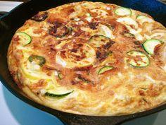 Una versión diferente de la tortilla de calabacín. Hoy la vamos a hacer con poco Aceite, pero del bueno: Aceite de Oliva Virgen Extra Orito Selección. Con muy poca cantidad aporta un sabor y un aroma auténticos, de cocina tradicional, de la de verdad.