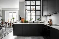 En el diseño de la cocina que se busque recibir luz, amplitud visual, delimitar el espacio, marcar territorio…. las cristaleras que separan la cocina del salón, de un office o de la entrada de la casa, es una buena alternativa, Seguir leyendo Cristaleras que Separan la Cocina→
