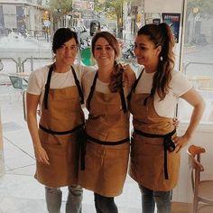 ☕ Un cafecito?.... Las chicas del Café Nuevo Olé con su uniforme de trabajo, un delantal Pink Lemonade, de Qooqer claro! #cafe #barista #bartender #delantal #ropa de trabajo #uniformedetrabajo #apron #workwear #ellossonqooqer