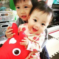 Instagram media y.tadasu - 兄妹でロディ(^_^) 奏太の顔微妙  #3歳 #7ヶ月#兄妹#ロディ#誕生日#boy#girl#Children#bay#RODY#red#姫路#himeji#hyogo#奏太#葵衣#糺