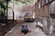 Diarios de la guerra bosnia. Primer cuaderno | FronteraD. Un hombre yace muerto víctima de la explosión de un proyectil de mortero. Sarajevo, junio de 1992. Foto: © Gervasio Sánchez.