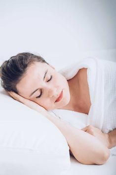 Wondering how to fall asleep fast and get a better night's rest? These tips will help you fall asleep quickly and stay asleep through the night. What Is Moringa, Benefits Of Dry Brushing, Entspannendes Bad, 7 Hours Of Sleep, Trouble Falling Asleep, Sleeping Too Much, Natural Sleep Aids, Sleep Issues, Relaxing Music