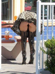 Photos : Phoebe Price montre ses fesses et minou sexy au McDo