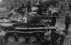 Экипажи 6-го Гвардейского танкового полка прорыва производят осмотр танков KB-1С. 1943
