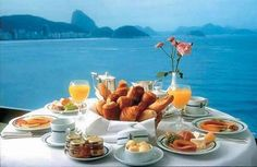 Mesa do cafe Breakfast On The Beach, Breakfast Around The World, Hotel Breakfast, Perfect Breakfast, Breakfast Set, Breakfast Ideas, Fresco, Breakfast Pictures, Breakfast Of Champions