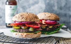 The world's best black bean burger with delicious burger sauce and vegan bacon - Snack Mix Recipes Chickpea Burger, Lentil Burgers, Whole Foods, Whole Food Recipes, Tilapia, Mushroom Veggie Burger, Crockpot, Vegan Fried Chicken, Recipes