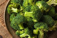 Brokuły są bardzo mało kaloryczne. Zrób z nich pyszną zupę, która dostarczy mnóstwa witamin i minerałów potrzebnych do zdrowego funkcjonowania organizmu.