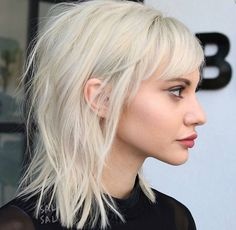 14 Fresh and Fun Ideas For Medium Layered Haircuts Medium layered haircuts are a. - Elle Hairstyles - 14 Fresh and Fun Ideas For Medium Layered Haircuts Medium layered haircuts are a… - Shoulder Length Hair With Bangs, Bangs With Medium Hair, Medium Hair Cuts, Medium Hair Styles, Short Hair Styles, Short Bangs, Short Blonde, Medium Hairstyles With Bangs, Lob With Bangs