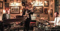 Ultima da temporada no @bistrosruella #hammondgrooves #organtrio #ruella #souljazz #hammondb3 #guitarra #bateria #hammondorgan #jazztrio #jazzorgan #livemusicphotography: @cristinecosta_fashionstyle #show #pinheiros #livemusic #pictures #vintage #epocalinda #musiclife #musiclovers #foodlover #boasenergias