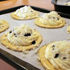 Čučoriedkové koláče s tvarohom • recept • bonvivani.sk Mekka, Doughnuts, Cookies, Cake, Sweet, Food, Hampers, Pie Cake, Candy