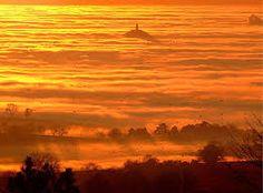 Inglaterra - Somerset, Glastonbury Tor, England (The Avalon Island) Places Around The World, Around The Worlds, Glastonbury Tor, Glastonbury Somerset, Mists Of Avalon, Faeries, Beautiful Places, Amazing Places, Simply Beautiful