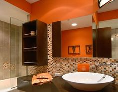 cuarto de baño en color naranja y chocolate