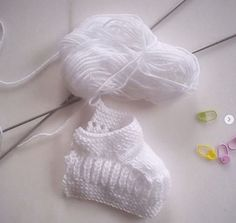 Baby booties to knit - frog-knit. Crochet Mandala, Knit Crochet, Crochet Hats, Tricot Baby, Knit Baby Booties, Baby Knitting, Knitted Baby, Baby Knits, Knitting Patterns