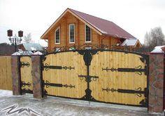 Комбинированные кованые ворота с деревом