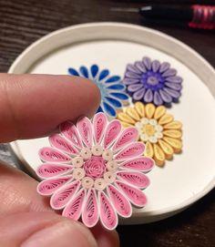 "43 Likes, 7 Comments - @くみ (@kumi.itokazu) on Instagram: ""制作があまり進んでない(;▽;) イベント間に合うかな? 私にしては大きめのお花( •̀∀•́ )✧ #paperflowers #quillingflowers #quillingart…"""