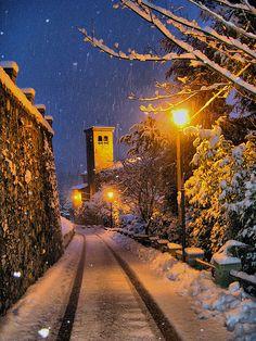 Valdengo, Biella. Piedmont. Italy Schnee Winter in Bielle in Italien. Verschneite Wege bei Nacht.