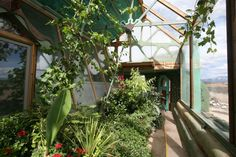 Earthship is the epitome of sustainable design and construction. No part of sustainable living has been ignored in this ingenious building. Maison Earthship, Earthship Home, Earthship Biotecture, Sustainable Design, Sustainable Living, Sustainable Environment, Easy Garden, Indoor Garden, Planos Earthship