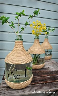 Create a statement using old wine jugs, jute and some paint ~ DIY Vase Jute Crafts, Diy Home Crafts, Diy Home Decor, Wine Jug Crafts, Wine Craft, Glass Jug, Creation Deco, Deco Table, Bottle Design