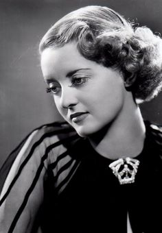 Résultat d'images pour bette davis hairstyles Old Hollywood Actresses, Old Hollywood Stars, Classic Actresses, Old Hollywood Glamour, Golden Age Of Hollywood, Classic Hollywood, Actors & Actresses, Divas, Mae West