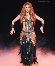 Shakira interprétant Whenever Wherever à Amsterdam aux Pays-Bas lors du quatrième concert en Europe de la tournée El Dorado World Tour 09 Juin 2018 Shakira Outfits, Shakira Style, Stage Outfits, Shakira Belly Dance, Shakira Hips, Shakira Photos, Shakira Mebarak, Divas, Curls For Long Hair