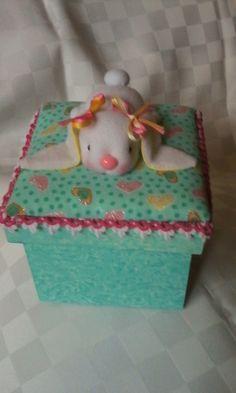 caja de madera con conejo