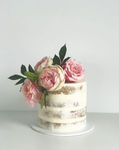 For those with a sweet tooth, selecting the perfect wedding cake for one's wedding can prove to be one of the favorite aspects of the wedding planning process. Wilton Cake Decorating, Pretty Cakes, Beautiful Cakes, Wedding Cake Centerpieces, Fresh Flower Cake, Black Wedding Cakes, Birthday Cakes For Women, Cake Tasting, Floral Cake