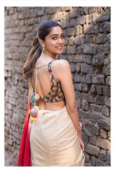 backless blouse designs open backs - Blouse designs Stylish Blouse Design, Fancy Blouse Designs, Bridal Blouse Designs, Blouse Neck Designs, Blouse Patterns, Saree Models, Stylish Sarees, How To Pose, Open Backs