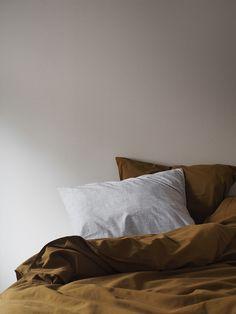 Soverom nummer to har fått fargen LADY Pure Color 10290 Soft Touch på veggene, en svak ferskentone som er dempet og grålig. Den sorte omrammingen på vinduet og det gylne sengetøyet gir en utrolig tøff kontrast til den dempede veggfargen! Morning Bed, Pool Spa, Scandinavian Art, Hygge, Sweet Home, Mornings, Walls, Tutorials, House Beautiful