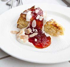 RICOTTAKAKA MED CITRON OCH MANDEL Inspirerad av River Cafés kokbok och Noréns italienska farmor, med ett par justeringar. En italiensk cheesecake har inget gemensamt med en amerikansk; denna är mycket mer intressant.