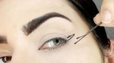 El truco para conseguir un cat eye; perfecto estaba en una simple horquilla, ¡brillante!